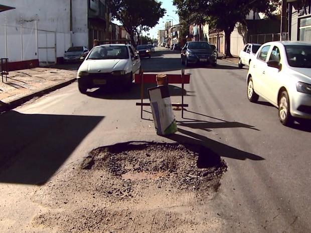 Cratera aberta na Rua Abolição em Campinas (Foto: Reprodução/ EPTV)