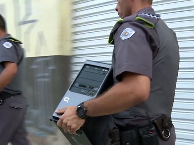 Polícia Militar apreende computador na casa de suspeito de publicar mensagens com ameaças racistas contra a jornalista e apresentadora Maria Júlia Coutinho, a Maju (Foto: Reprodução TV Globo)