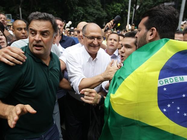 O governador de São Paulo, Geraldo Alckmin (PSDB) ao lado do presidente nacional do partido, senador Aécio Neves (MG) na manifestação na Avenida Paulista, em São Paulo, contra o governo Dilma Rousseff, neste domingo (13), pedindo o impeachment da presiden (Foto: Filipe Araújo/Estadão Conteúdo)