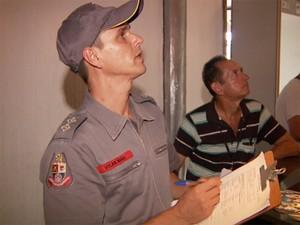 Bombeiro durante fiscalização de casa noturna em Campinas (Foto: Reprodução / EPTV)