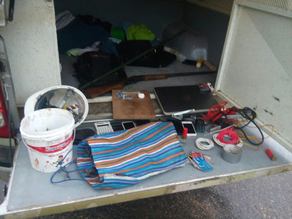 Material foi apreendido com os suspeitos de cometer o crime em Cupira (Foto: Divulgação/Polícia Militar)
