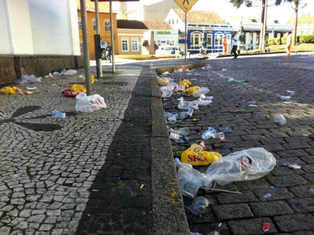 Ruas do Largo da Ordem ficaram cheias de copos, garrafas e latas (Foto: Fernando Castro/G1)