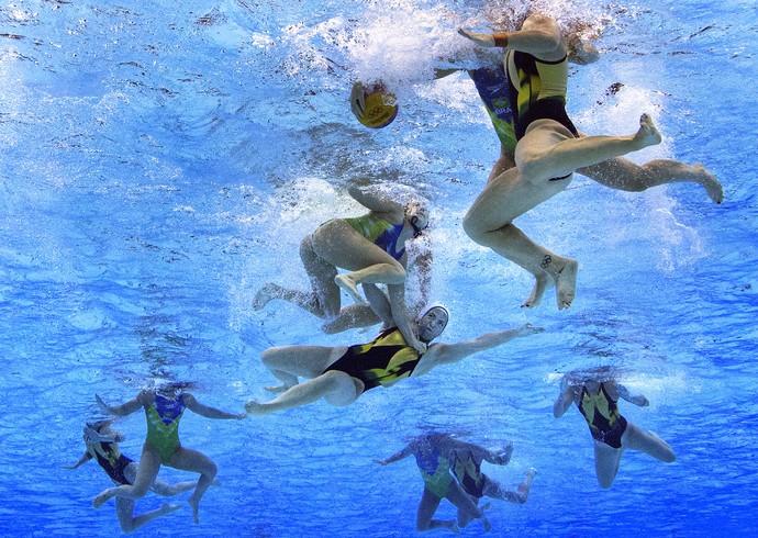 GALERIA - Gemma Beadsworth, da Austrália, disputa lance durante jogo contra o Brasil no polo aquático (Foto: Getty Images)