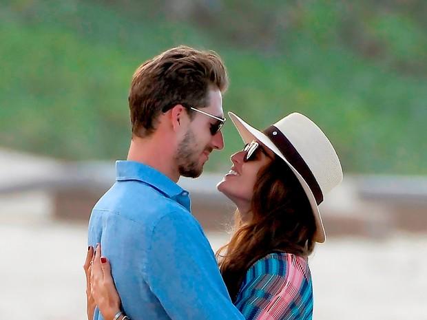 Izabel Goulart e o namorado, Kevin Trapp, em praia em St. Barth (Foto: AKM-GSI/ Agência)