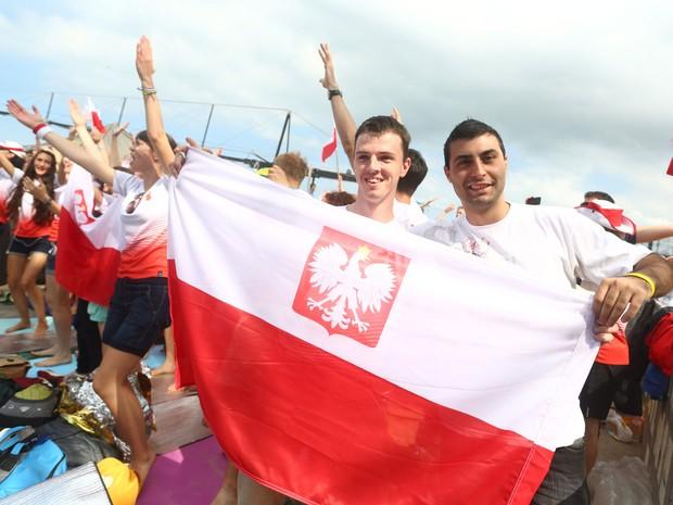 Fiéis poloneses comemoram o anúncio de Cracóvia como sede da próxima JMJ (Foto: Rodrigo Gorosito/G1)