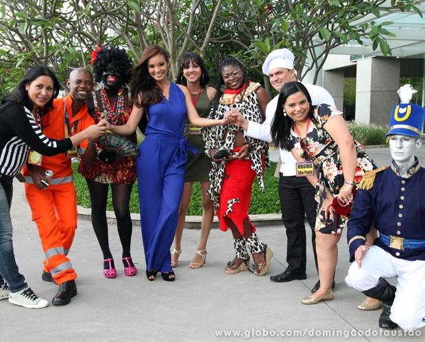 Carol Nakamura posa com figuraças nos bastidores do Domingão (Foto: Jacson Vogel / TV Globo)