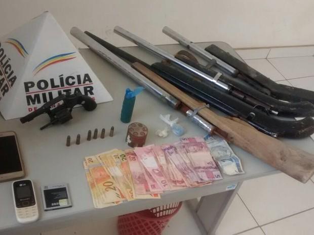 Presos foram levados para a delegacia, junto ao material apreendido (Foto: Polícia Militar/Divulgação)