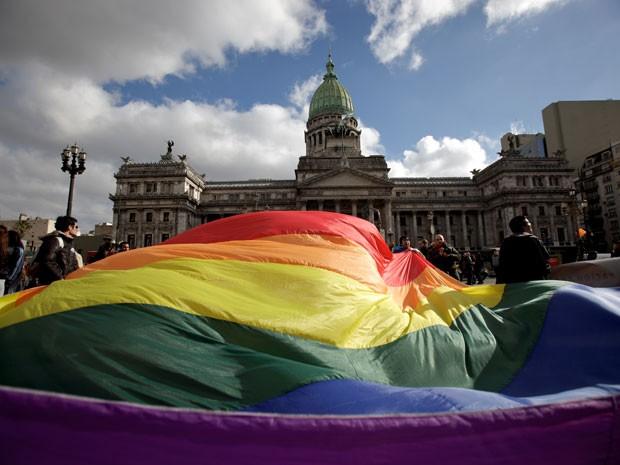 Manifestantes pró-casamento gay fazem ato em frente ao Congresso da Argentina, em Buenos Aires, nesta quarta-feira (14).  (Foto: AP)