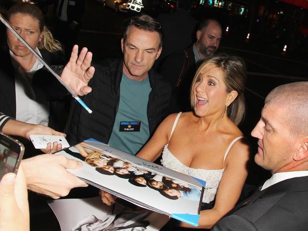 Jennifer Aniston com fãs em première de filme em Los Angeles, nos Estados Unidos (Foto: David Buchan/ Getty Images/ AFP)