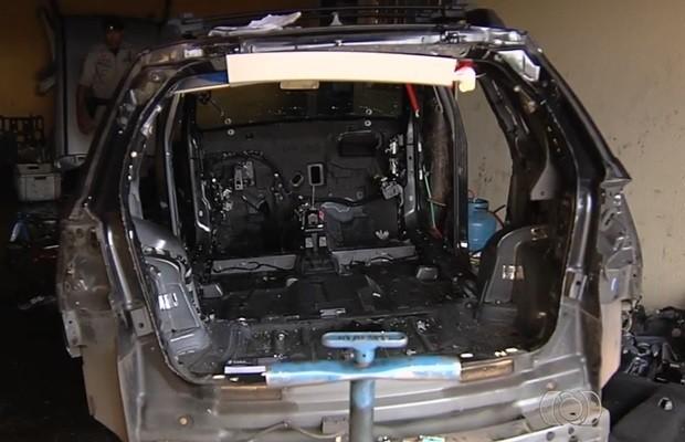 Polícia encontrou veículos roubados em desmanche, em Goiânia (Foto: Reprodução/TV Anhanguera)