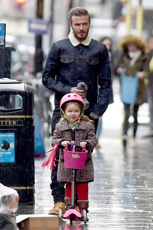 David Beckham e sua filha Harper (Foto: AKM-GSI/Agencia)
