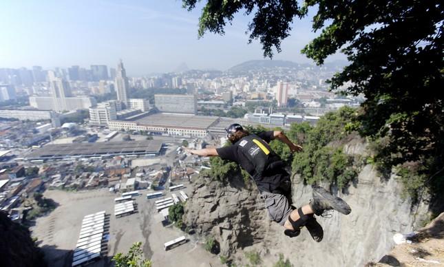 Gustavo Areias saltando do Morro da Providência com o centro do Rio de Janeiro ao fundo