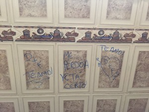 Dentro de cárcere, mulher escrevia mensagens no banheiro e na cozinha (Foto: Reprodução)