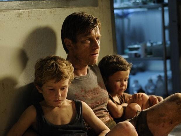 Ewan McGregor, Oaklee Pendergast e Samuel Joslin em cena de 'O impossível', que retrata o tsunami de 2004 (Foto: Divulgação)