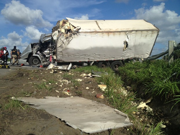 Caminhão estava carregado de carne, diz PRF (Foto: Walter Paparazzo/G1)