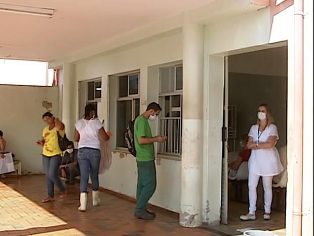 Funcionários e trabalhadores usaram máscara por causa do cheiro do produto (Foto: Reprodução/TV Integração)