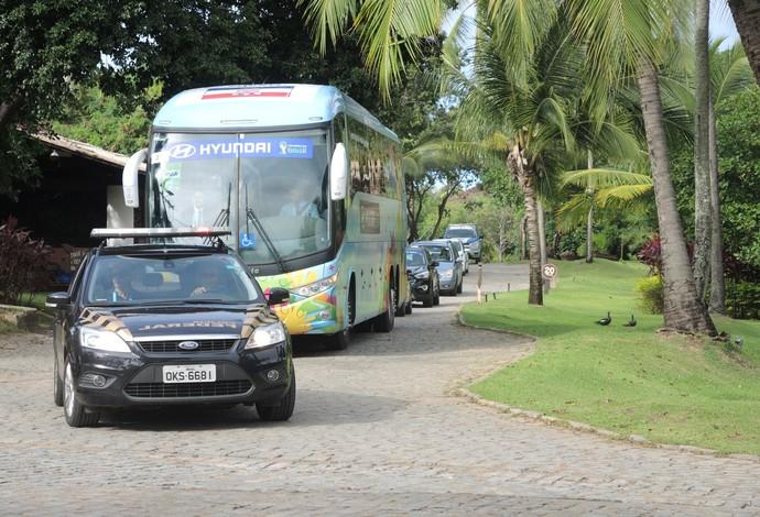 Ônibus da Croácia deixa o CT na Praia do Forte (Foto: Thiago Pereira / GloboEsporte.com)