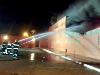 Bombeiros trabalham para conter fogo em depósito de supermercado em Ceilândia, no DF (Foto: Isabella Calzolari/G1)