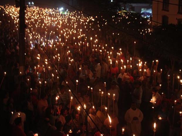 Milhares de homens percorrem as ruas do Centro Histórico de Oeiras (Foto: Gilcilene Araújo/G1)