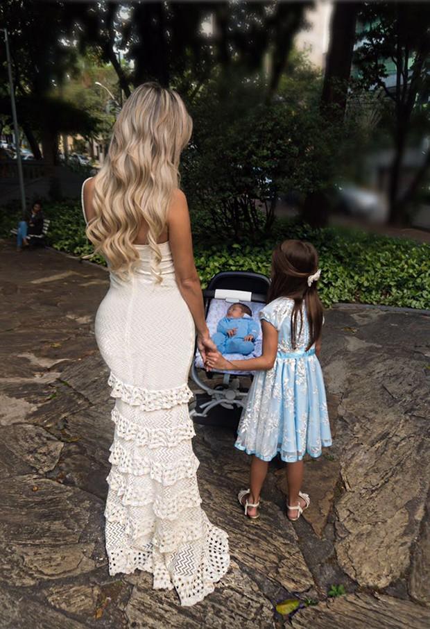 Letícia Santiago com os filhos, Júlia e Miguel (Foto: João Couto)