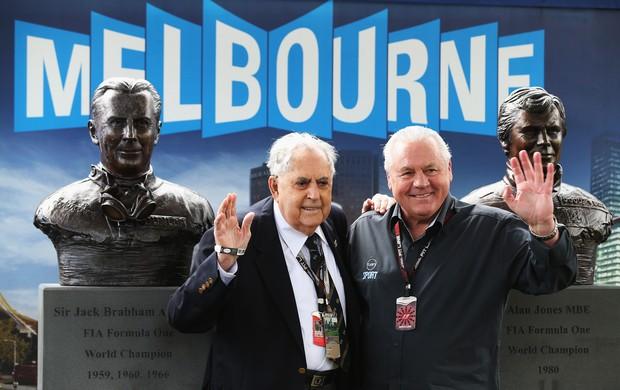 Os australianos Jack Brabham, tricampeão, e Alan Jones, campeão, são homenageados com bustos no circuito de Melbourne (Foto: Getty Images)