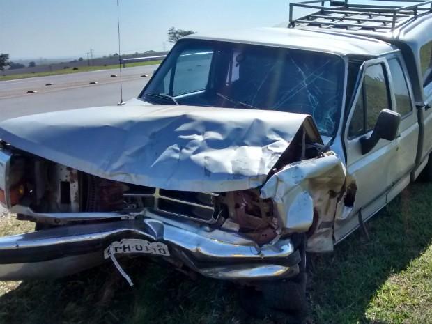 Caminhonete foi atingida na pista contrária por carro desgovernado (Foto: Arquivo Pessoal / Internauta)