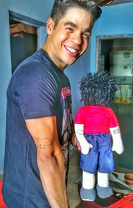 Leo Souza e o seu boneco de pano (Foto: Divulgação)