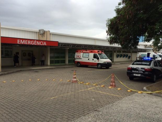 Carro da Divisão de Homicídios na porta do Lourenço Jorge (Foto: Henrique Coelho/G1)