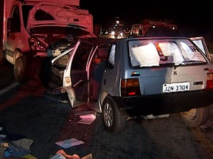 Motorista perdeu o controle do veículo depois de uma curva e bateu de frente. (Foto: Reprodução/Inter TV dos Vales)