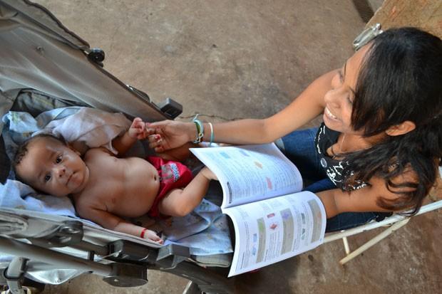 Graziela e o filho, Lucas, de 3 meses (Foto: Fernando da Mata/G1)