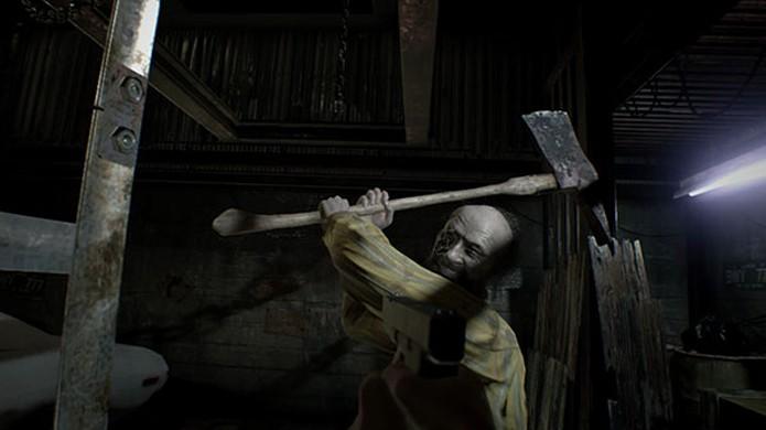 Jack, o pai da família Baker, prepara-se pra atacar o jogador com um machado em Resident Evil 7 (Foto: Reprodução/Gematsu)