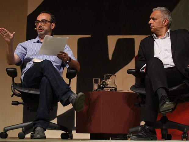 Os escritores Gary Shteyngart (esq.) e Hanif Kureishi durante a penúltima mesa da Flip neste domingo (Foto: AE)