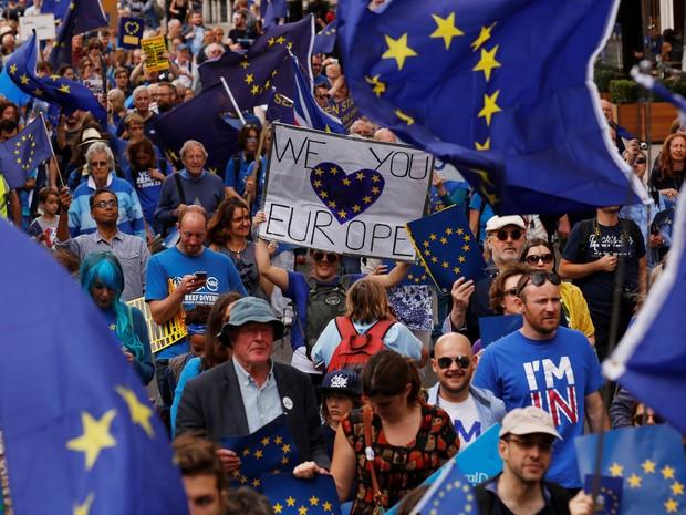 Manifestantes pró-Europa saíram às ruas de Londres neste sábado (3) (Foto: REUTERS/Luke MacGregor)