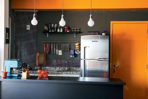 Na cozinha, saem azulejos e entram pastilhas + parede-lousa (Foto: Victor Affaro)