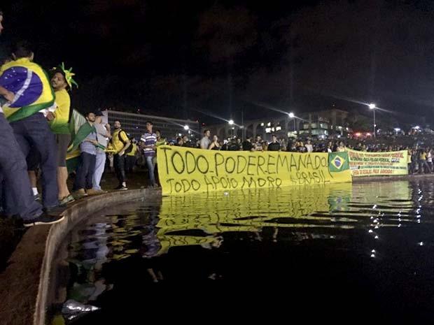 Manifestantes se concentram em frente ao espelho d´água do Congresso Nacional durante protesto contra o governo Dilma (Foto: Alexandre Bastos/G1)