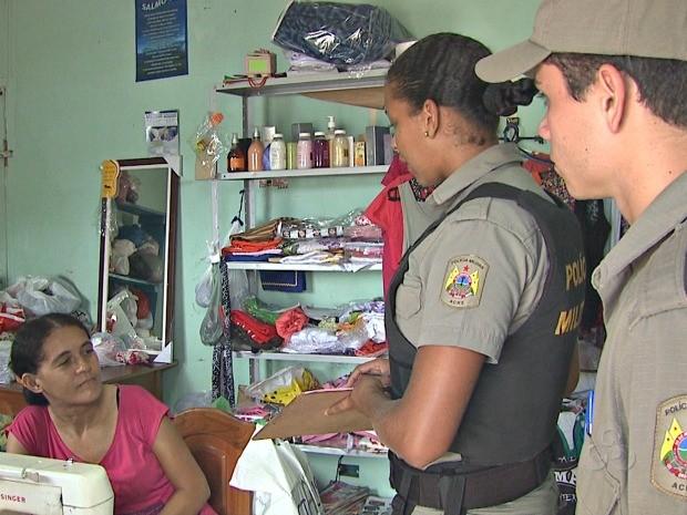 Policiais passam nas casas para passarem dicas de segurança  (Foto: Reprodução/TV Acre)