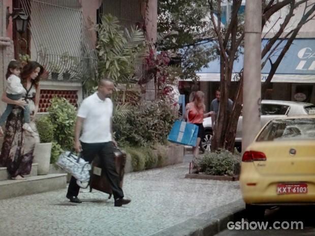Juliana vai embora com Bia (Foto: Em Família / TV Globo)