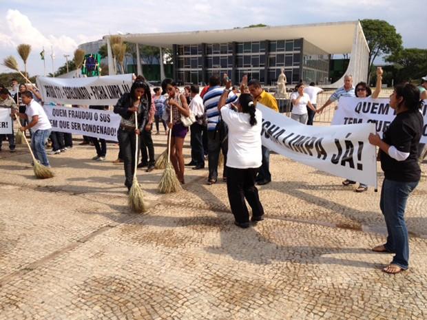 Eleitores varreram, cantaram e dançaram na praça dos Três Poderes (Foto: Fabiano Costa/G1)
