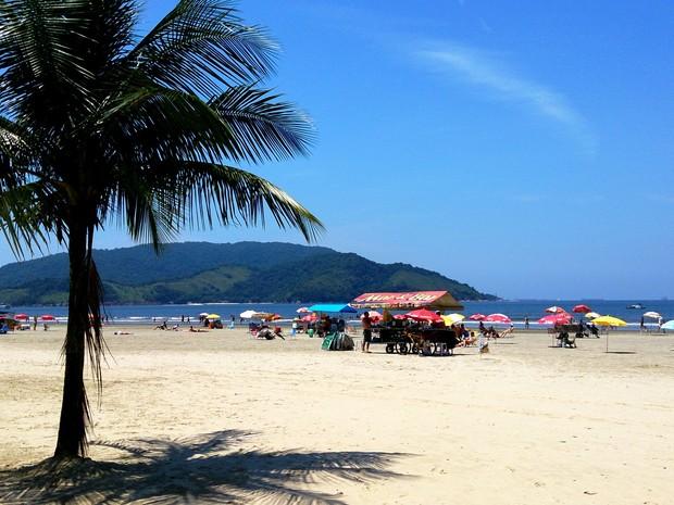 Turistas aproveitam primeiro dia de verão na praia de Santos, SP (Foto: Orion Pires / G1)