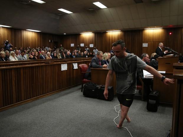 Oscar Pistorius caminhou sem próteses durante audiência em Pretória, na África do Sul, nesta quarta-feira (15) (Foto: Siphiwe Sibeko/ AP)