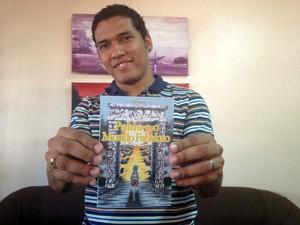 Márcio Kaio Santos lança segundo livro da carreira (Foto: Fabiana Figueiredo/G1)