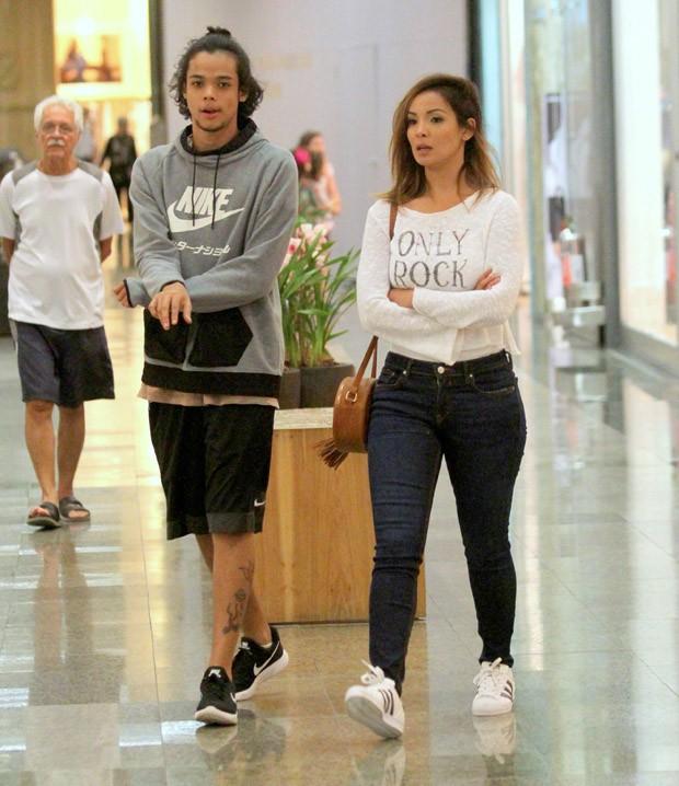 Carol Nakamura e o filho, Juan Nakamura (Foto: AgNews)