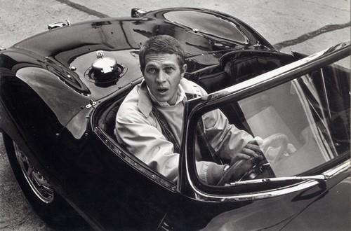 Foto (Foto: McQueen em seu Jaguar XKSS - Divulgação)