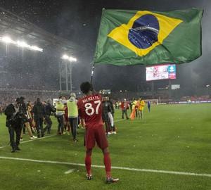 Ricketts balança a bandeira do Brasil na comemoração da conquista do título da Conferência Leste da MLS pelo Toronto FC (Foto: Nick Turchiaro-USA TODAY Sports/Reuters)