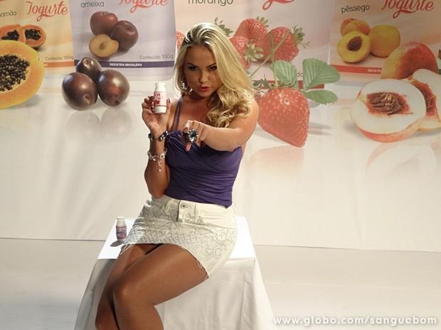 A loira sabe muito bem como vender o produto (Foto: Sangue Bom/TV Globo)