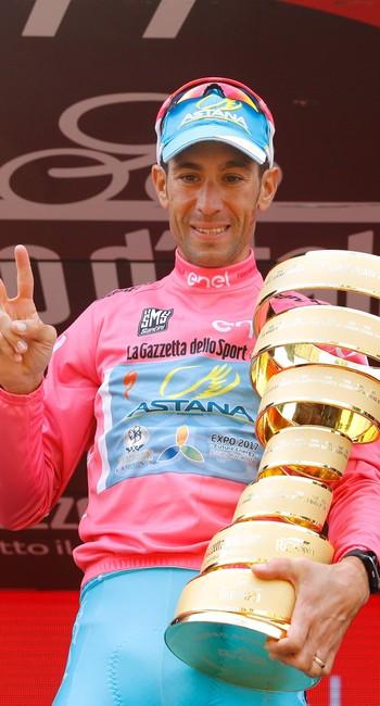Nibali com o troféu de campeão do Giro D'Itália 2016