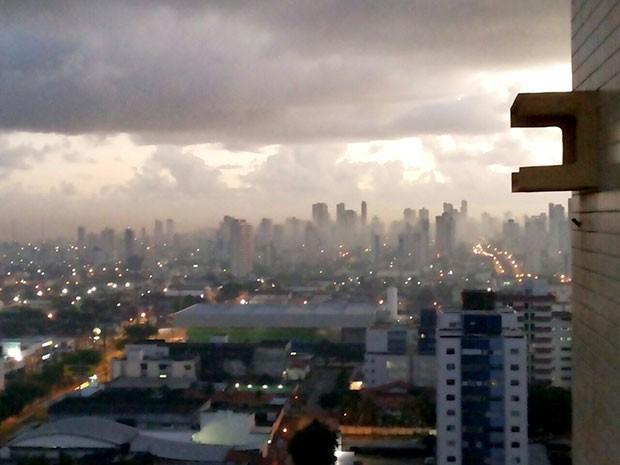 De lugares altos, foi possível ver que a névoa encobriu até os prédios mais altos da cidade (Foto: Ediana Miralha/Inter TV Cabugi)