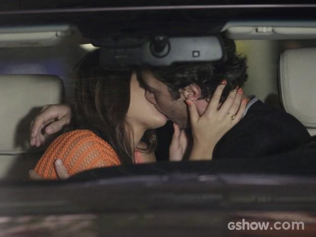 O primeiro beijo de Luiza e Laerte (Foto: Fábio Rocha/TV Globo)