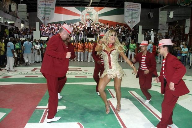Mulher Abacaxi recebe de David Brasila Faixa de Musa da Escola de Samba Inocentes de Belford Roxo (Foto: Divulgação)