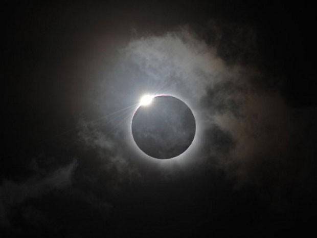 Instante do eclipse total do Sol, registrado na região de Palm, no Nordeste da Austrália (Foto: Greg Wood/AFP)